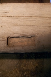 Det er to slike tapphol i fotstokken og det er usikker kva dei er til. Foto: Niels J. Røine