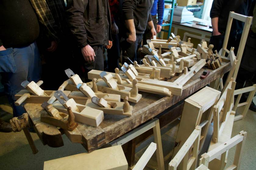 Den første heimeoppgåva var å lage ein høvel basert på tradisjonelle lokale høvlar. Her er høvlar som studentane har laga som heimeoppgåve. Foto: Roald Renmælmo