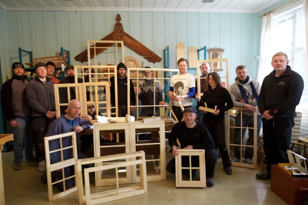 Studentane på EVU bygningsvern i Oppland med vindauga dei har snikra som heimeoppgåve. Foto: Roald Renmælmo