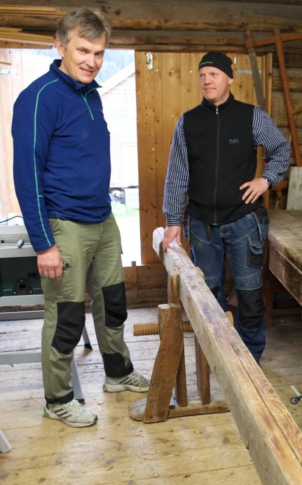 Oddbjørn Syrstad (tv) er eigar av denne flotte skottbenken. Thor Aage Heiberg (th) er ein av utsendingane til Norsk Skottbenk Union. Foto: Roald Renmælmo