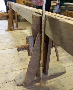 """Skottbenken med to bukkar har arbeidshøgd på like under 30"""". Skruven går gjennom ein klosse med innvendige gjengar som er spikra fast i den eine foten. Foto: Roald Renmælmo"""