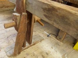 Den faste foten er stiva av med eit skråband som er spikra ned i fotplata. Foto: Roald Renmælmo
