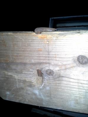 Jarnkloa på plass i langbordet. Her er det laga eit hol i sida på bordet slik at ein kan slå ut jarnkloa frå undersida. Foto: Hans Andreas H. Lien