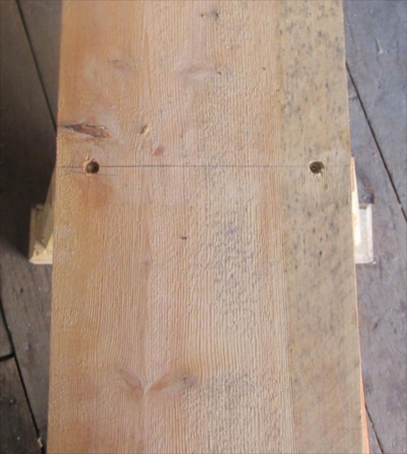 Plata på langbenken er skruvd fast med forsenka skruvar. Foto: Eirik Nicolaisen
