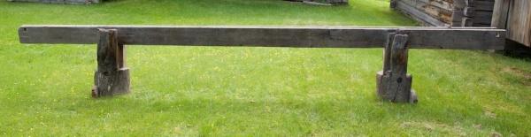 Skottbenken sett frå sida. Benken er 5,15 meter lang. Bukkane er plassert 1,05 og 1,08 meter inn frå endane. Inndelinga er då omlag som på mange av dei norske benkane. ⅕ av lengda av langbordet stikk ut på kvar side og ⅗ er mellom bukkane. Foto: Roald Renmælmo