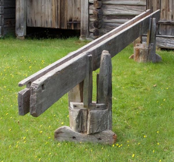 Skottbenken er bygd opp på tilsvarande måte som mange av dei norske benkane. To bukkar som har eit fast langbord og eitt laust som vert spent saman med kilar. Langborda er 5,15 meter lang og benken har arbeidshøgd på 29