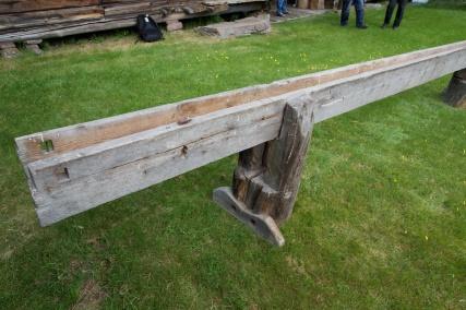 I det eine langbordet er det bora hol for ei jarnklo som står på plass i benken. Dette er eit tydeleg prov på at ein har høvla bord på øverkanten av langborda, truleg på flasken. I sida av langbordet er det tatt ut eit hol for å kunne kome til og slå ut jarnkloa. Foto: Roald Renmælmo