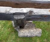 """Detalj av bukken og det lause langbordet sett ovafrå. Det var rom for å kunne feste emne på opp mot 3 ½"""" tjukne i skottbenken. Dessverre var det ikkje bevart kile med benken. Det var også vanskeleg å tolke spora etter korleis kilen kan ha sett ut og korleis han har vore brukt. Foto: Roald Renmælmo"""