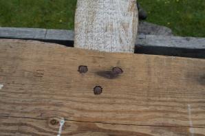Det lause langbordet hadde litt ulike detaljar på dei to drevsponene. Denne har spikrane slått inn frå innsida. Foto: Roald Renmælmo
