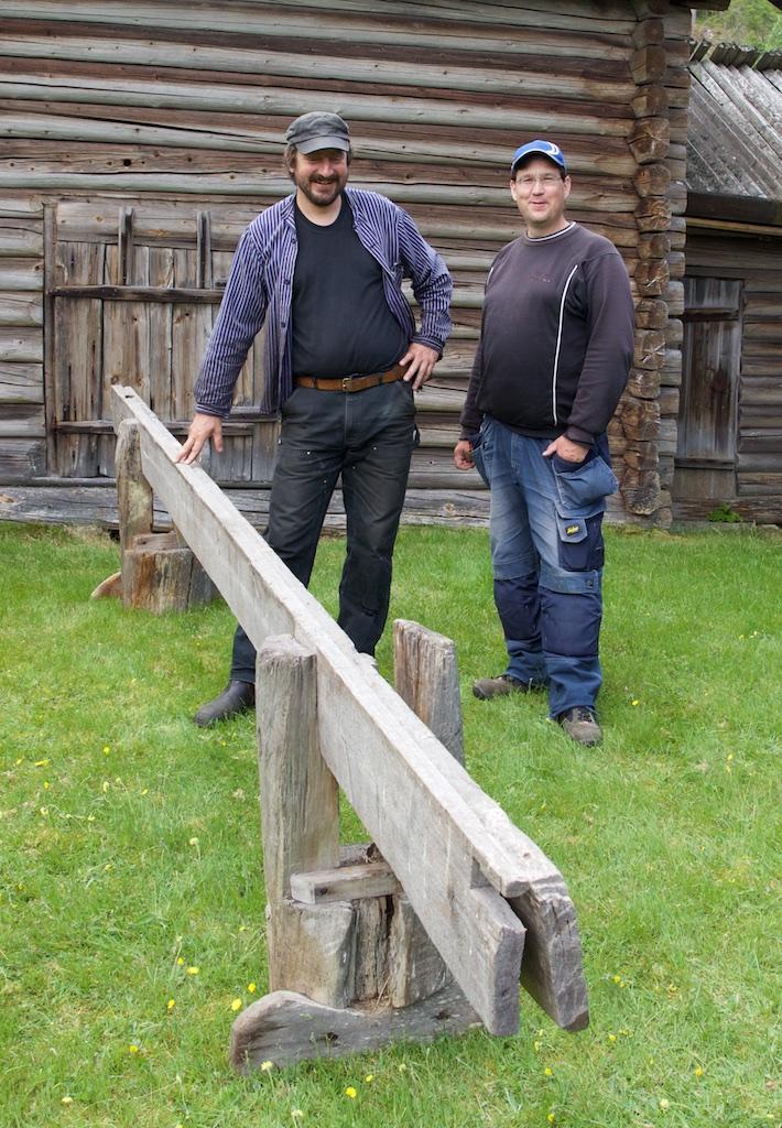 Skottbenken på Västagården i Lima og frå venstre Mattias Helje og Mattias Thuresson. Dei kan stolt presentere den fyrste originale svenske skottbenken her på bloggen. Foto: Roald Renmælmo