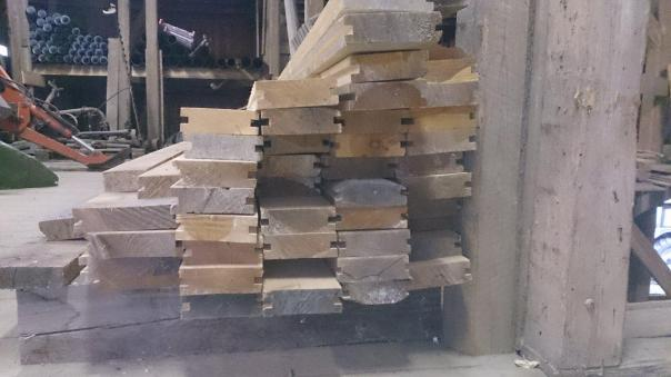 Inspirert av låvegolvet sitt har Magnus produsert eit golv til verkstaden sin. Her er noko arbeid gjort maskinelt, men kantane skal skytast på rettbenken før legging. Foto: Magnus Wammen
