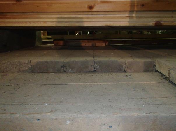 Låvegolvet med laus fjør er i den eldste delen av låven. Alderen på dette er ikkje kjent. Foto: Magnus Wammen