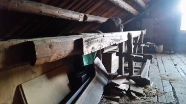 Skøtbenken minner om andre av benkane som er stramma med kilar. Det ser ut som ein fot er fast og ein står laust i ei spor. Foto: Odd Arne Rudi
