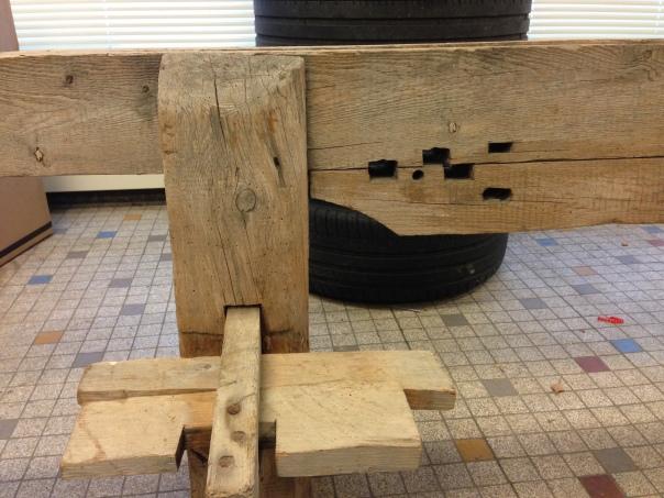 Skotbenken har kilestramming for langborda. I tillegg er det tappa inn hol i langborda for tappar (klosser) som borda kvilte på for å støtte dei opp i riktig høgde for skyting. Slik kunne dei få høvla paralelle bord. Foto: Øyvind Skarstein