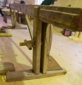 Føtene står på ei fotplate og den faste foten er ekstra støtta opp med ein kloss på eine foten og rotkne på den andre. Foto: Roald Renmælmo