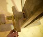 Skruvane i skottbenken har utvendig diameter på gjengane på 43 millimeter. Foto: Roald Renmælmo