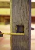 Skruvane er festa på den måten at enden på skruven er firkanta konisk med størst bredde i enden og passar i eit tilsvarande hol i skottbenken. Foto: Roald Renmælmo