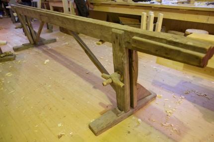 """Skottbenken har langbord som er 6 alen og 5"""" lange. Foto: Roald Renmælmo"""