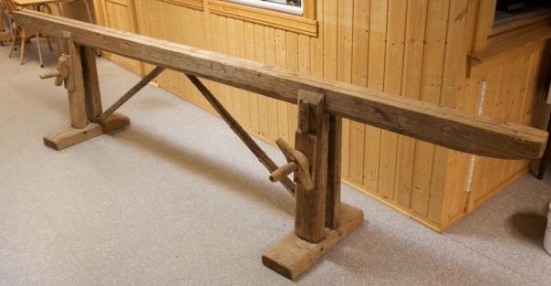 Skottbenk i samlinga til Helgeland museum i Mosjøen. Benken har skruvar for stramming og skråband for å stive av på lengda. Foto: Roald Renmælmo