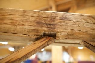 Skråbandfelling oppe i langbordet. Skråbandet er av gran og festa med spikar. Foto: Roald Renmælmo