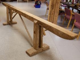 Skruvane er fast i den faste foten. Skråbanda er tappa inn både oppe og nede. Foto: Roald Renmælmo