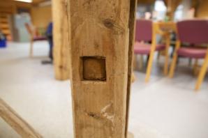 Skruvane er festa til den faste foten ved ein konisk firkanta tapp som står i eit tilsvarande hol i foten. Foto: Roald Renmælmo