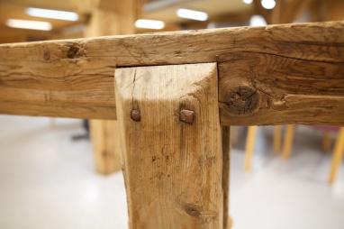 Langborda er festa til føtene med to spikrar. Foto: Roald Renmælmo