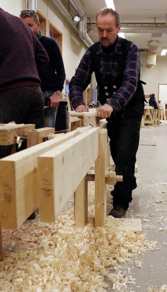 Verktøysmeden Jon Dahlmo har lang fartstid med smiing av høvelstål til bruk på skottbenk. No har han også laga seg sin eige skottbenk, okshøvel, skottokse og golvplogar. Sjølvsagt har han smidd stål til høvlane sine sjølv. Foto: Roald Renmælmo