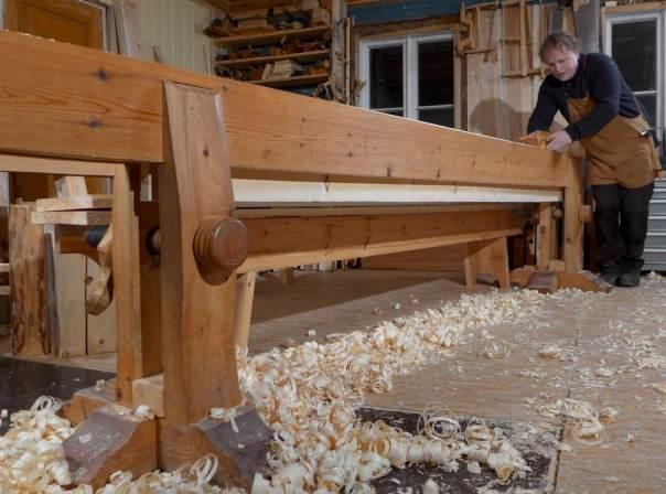 Høvling av golvbord på skottbenk. Foto: Roald Renmælmo