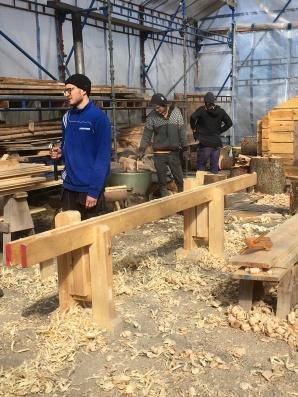Studentar på bygghantverksprogrammet i Mariestad byggjer skottbenk. Foto: Tomas Karlsson