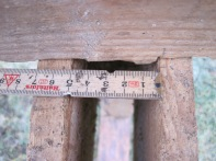 Denne benken har omlag to tommar mellom avstandstykka.