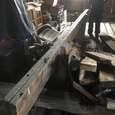 Skottbenken, legg merke til høvelstoppen som står i det høgre langbordet. Foto: Roald Renmælmo