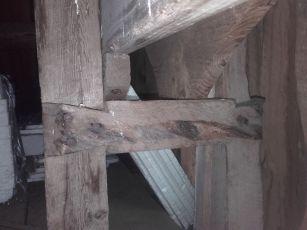 Tverroken er spikra inntil staven