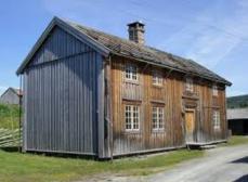 Almåsstuggu som står på Stiklestad museum trenger nytt gulv over kjøkken etter branntilløp i kjøkken