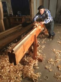 Høvling av golvbord på skottbenken til Trond Oalann. Her er det Erik Alfred Tessaker som høvlar.