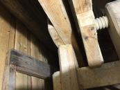 Undersiden av det faste langbordet viser innfestningen, med lask på baksiden.