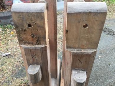 Begge føttene uten bordene på montert ser tydelig merkingenX og /