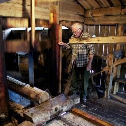 Arne Pedersen er 6. generasjon sagmester i ubrote tradisjon på Aursfjordsaga, ei vassdrive enkeltblada oppgangssag bygd i 1796. Tradisjonen han forvaltar er viktig for å forstå bordmaterial i eldre bygg.