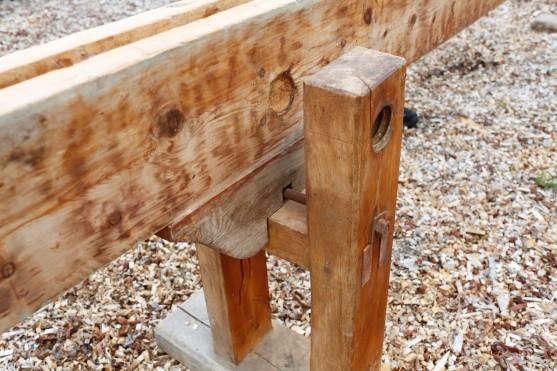 Det lause langbordet har klossar på undersida som glir på tverrtreet på føtene. Foto: Roald Renmælmo