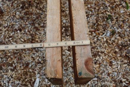 """Langborda var saga 2"""" x 8"""" (norske tommar) og høvla flate på margsida som vender inn. Lengda på borda var 5,28 meter. Utvendig og under var det stort sett sagskur å sjå i overflata. Foto: Roald Renmælmo"""