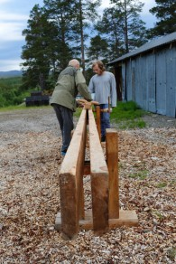 Gunnar demonstrerer bruken av golvplogen på skottbenken. Foto: Roald Renmælmo