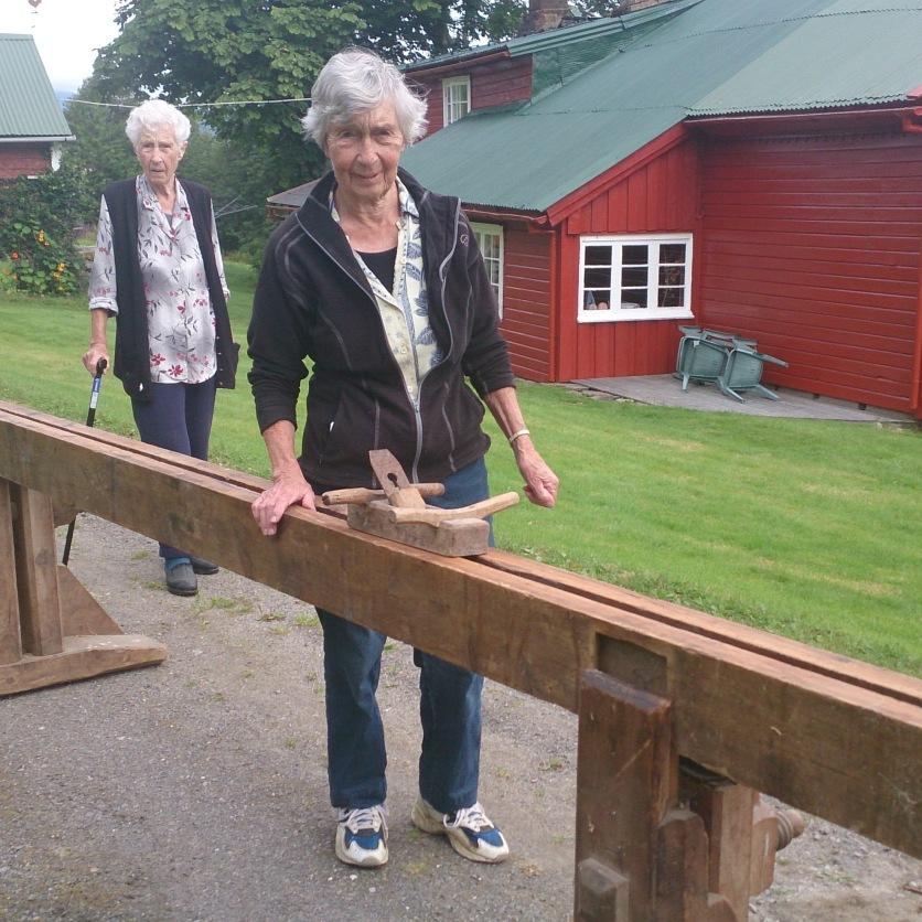 Beate Sande og søstera Solveig til gardsbruket Lømyra i Sandsbukta syner fram skottbenken og ein okshøvel.